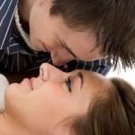 Meshkujt dashurohen tri herë më shpejtë se femrat