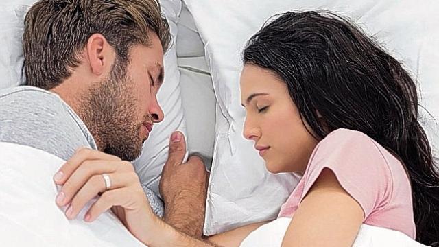 Me fytyrë të kthyer nga njëri-tjetri flenë çiftet më të lumtura