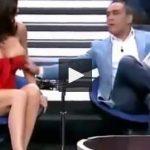 Incidenti që ndezi rrjetin, gazetari i zbulon gjoksin të ftuarës (VIDEO+18)